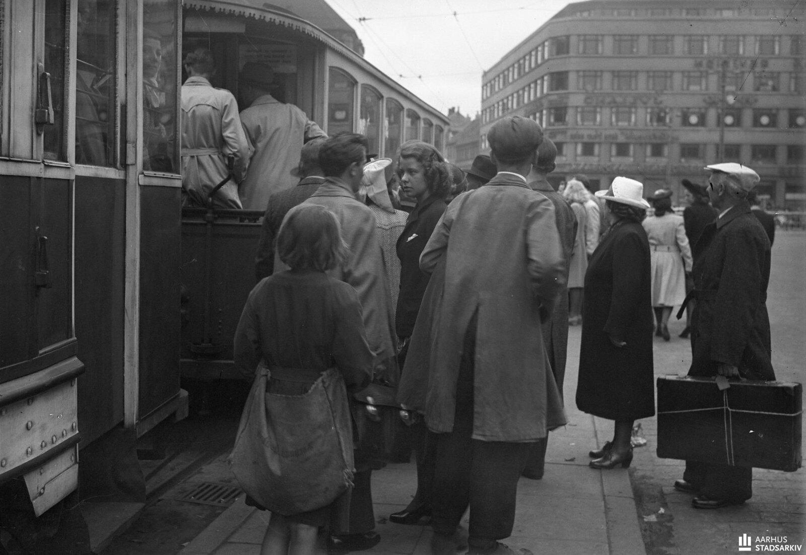 1944. Очередь на трамвай
