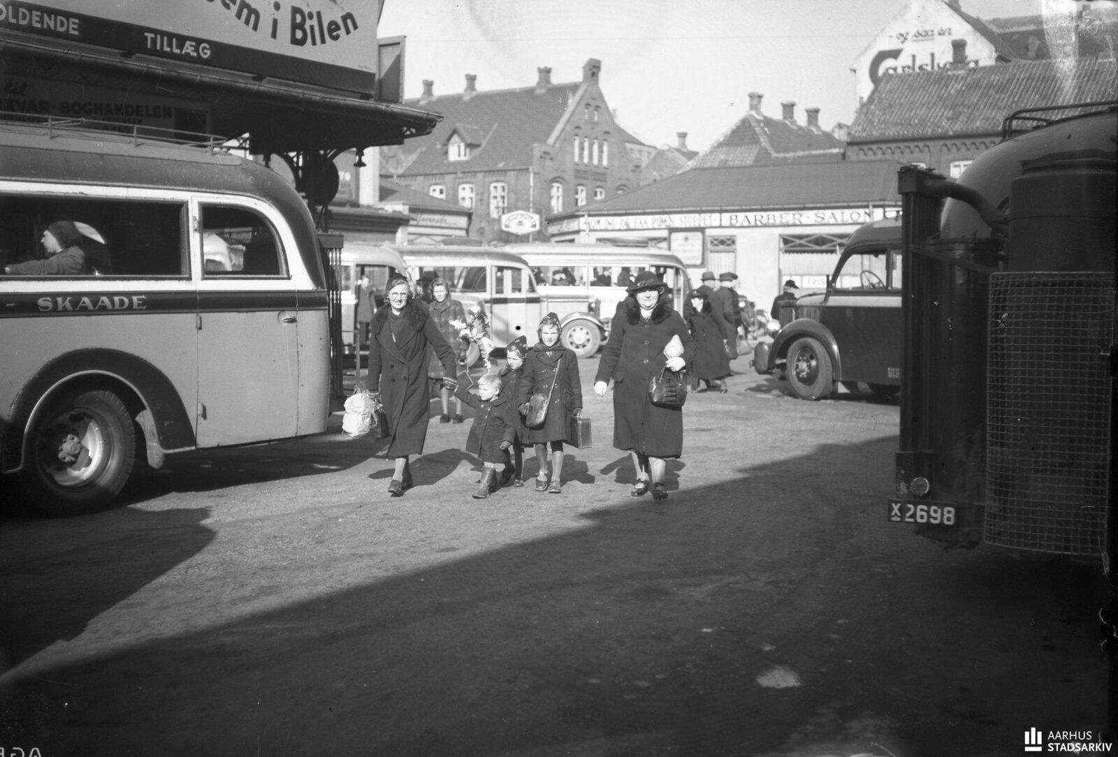 1943. Две женщины и дети на старой автобусной станции Орхуса