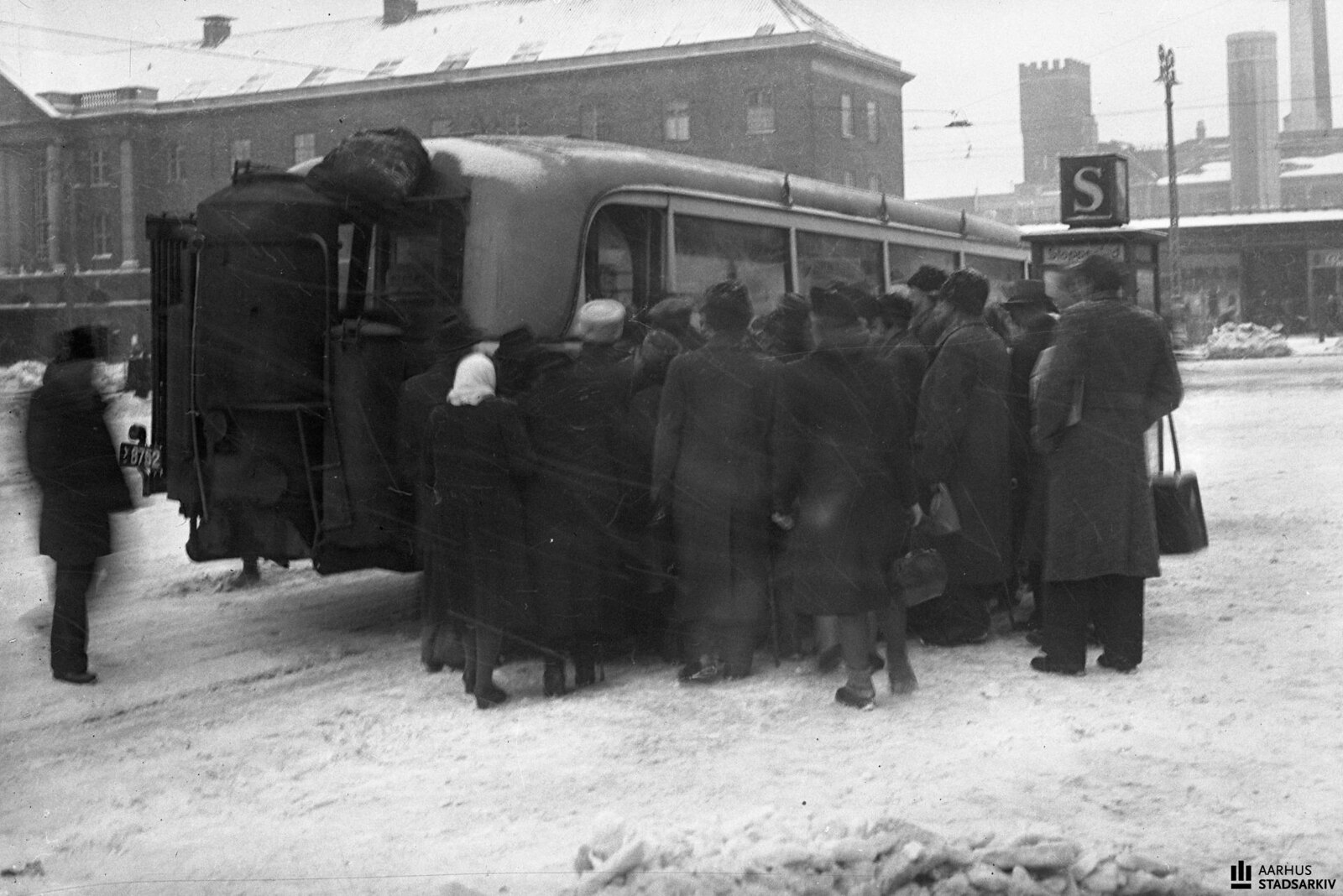 1943. Толпы на остановках ждут, чтобы сесть на автобусс. В задней части автобуса - генератор газового двигателя