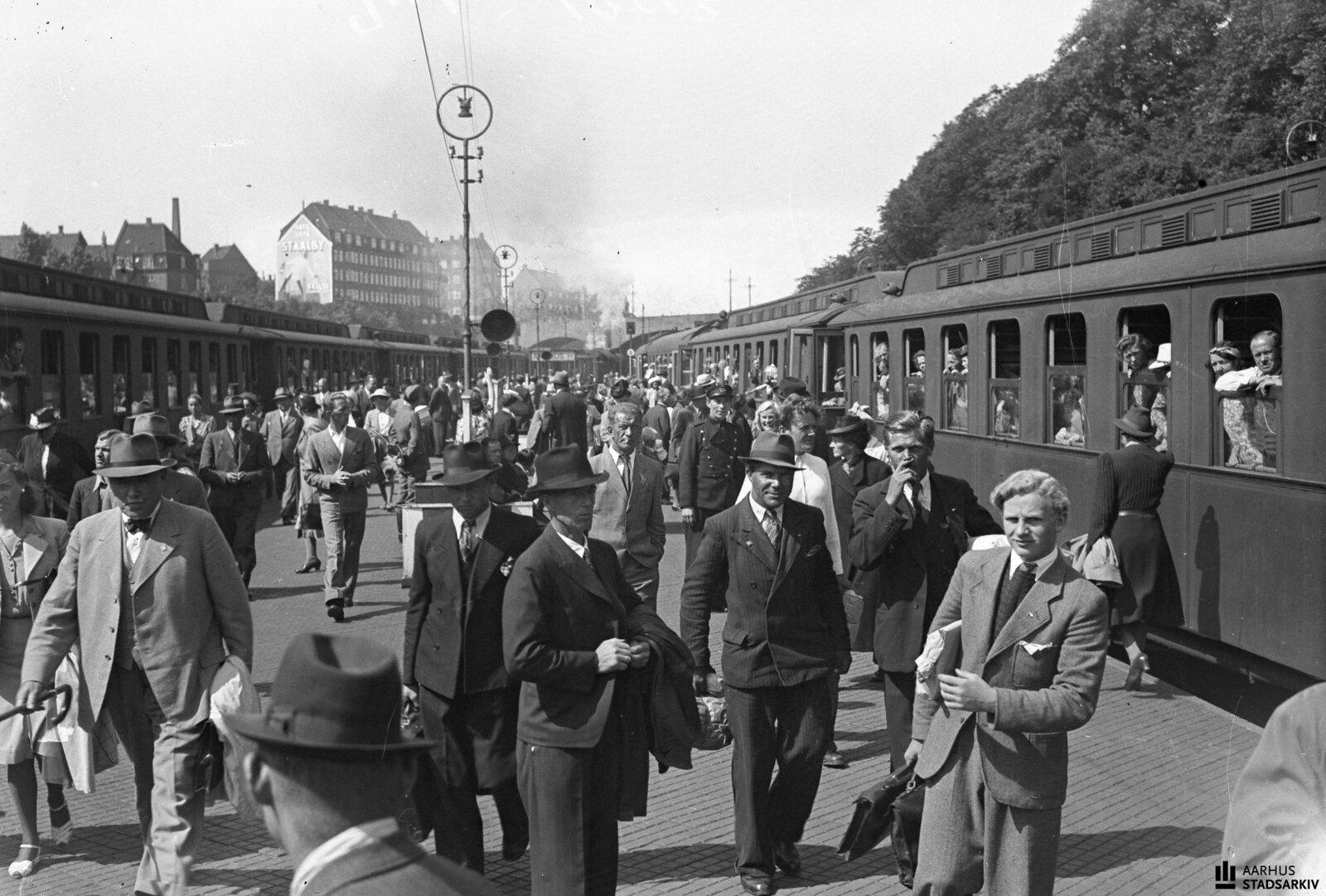 1943. Платформа заполнена людьми, направляющимися в отпуск. Отличный день для путешествия
