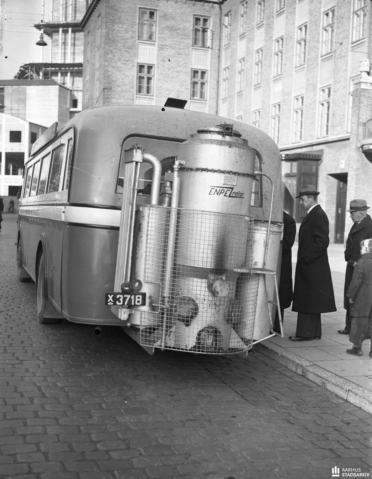 1940. Автобус на Парке Алле с генератором газового двигателя в задней части. Ноябрь