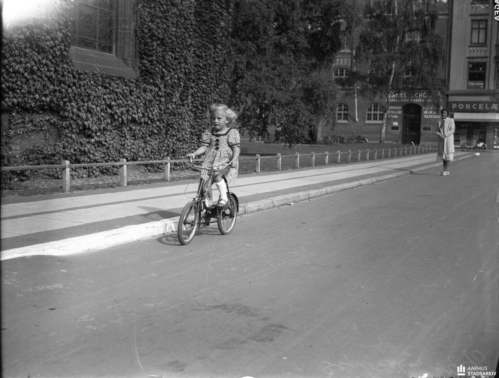 1940. Берта Зачо в четыре года на велосипеде. Бирте проехала на велосипеде 20 км за один день