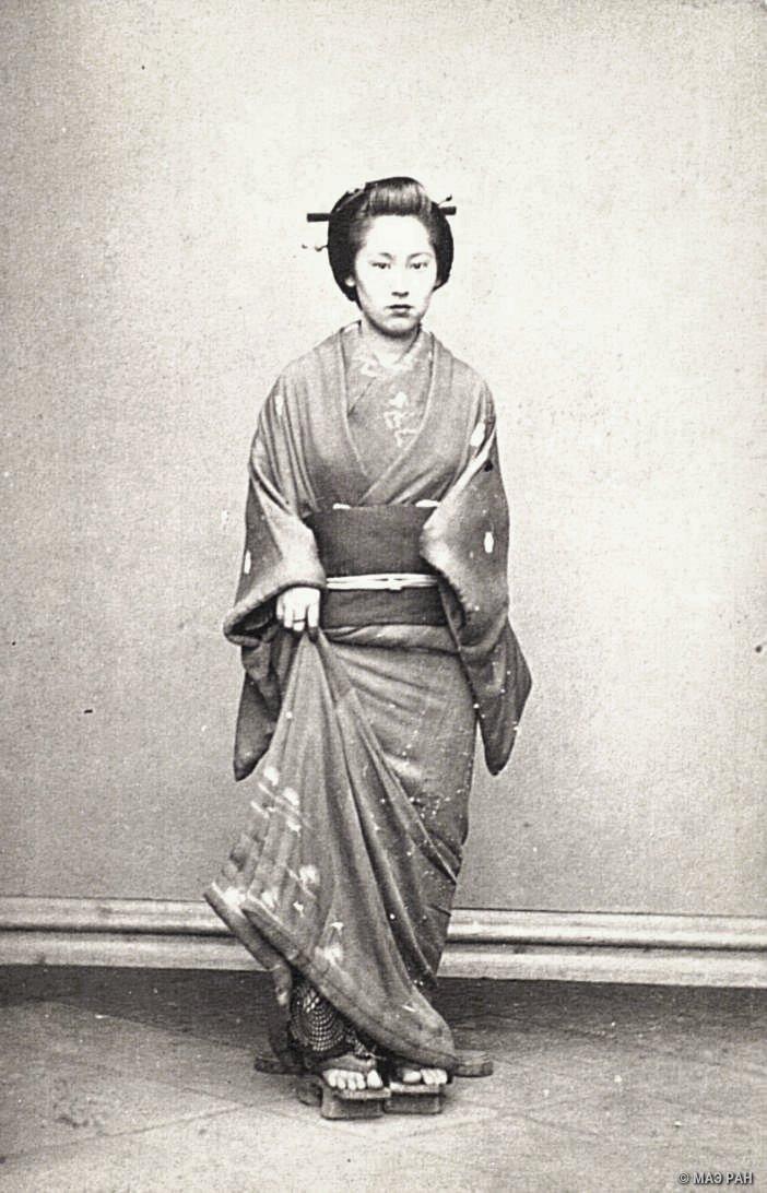 Портрет женщины в традиционном зимнем костюме
