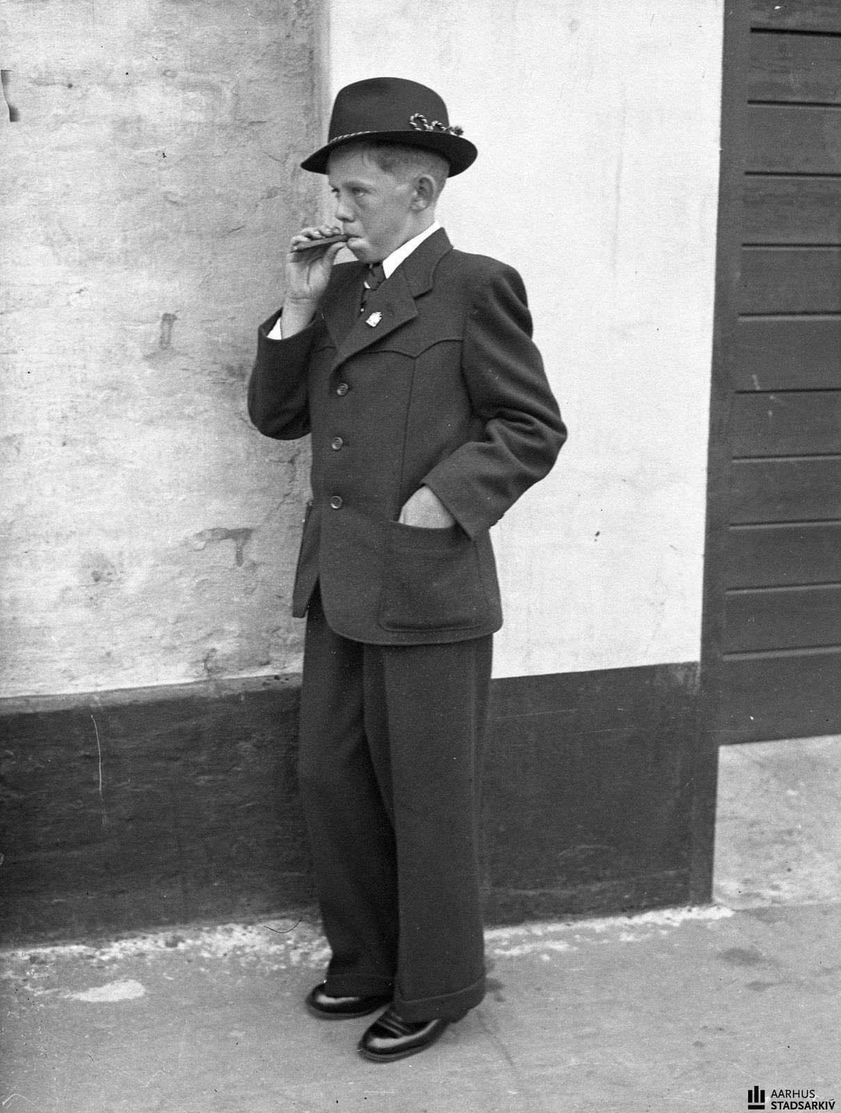 1942. Мальчик с сигарой