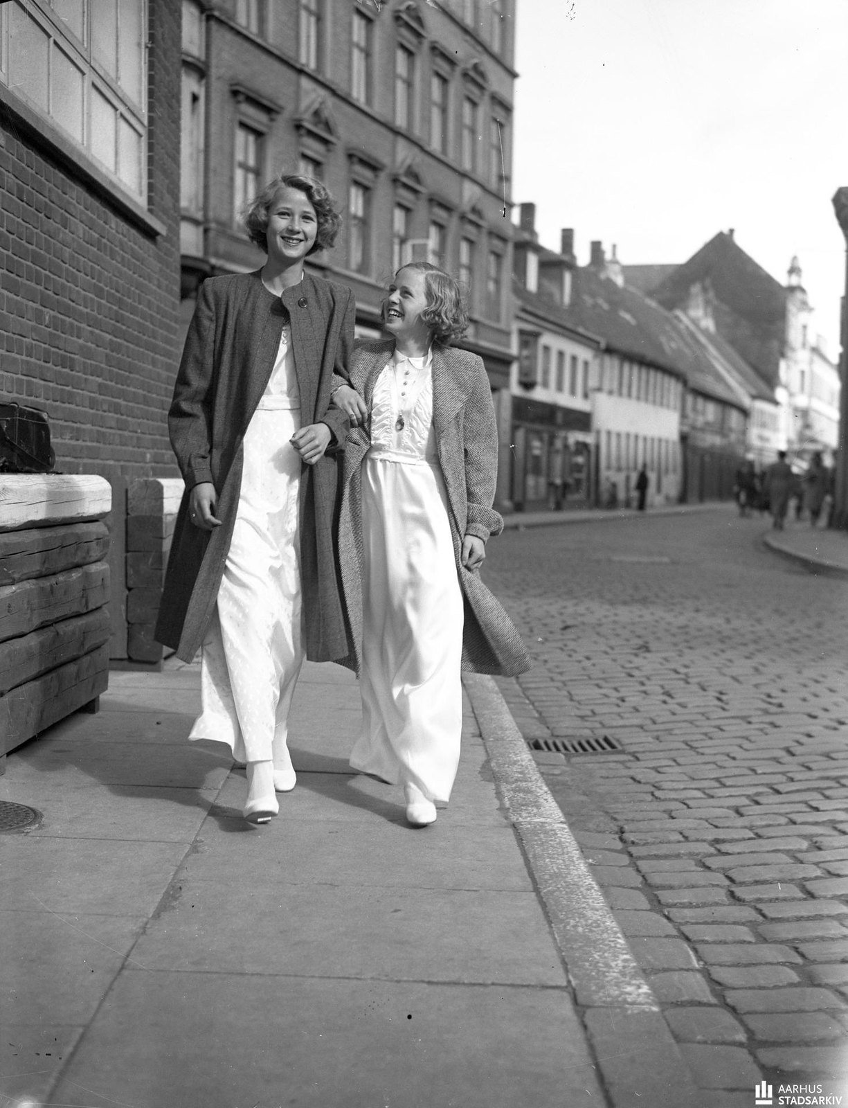 1940. Вестергаде. Две девушки идут рука об руку по улице