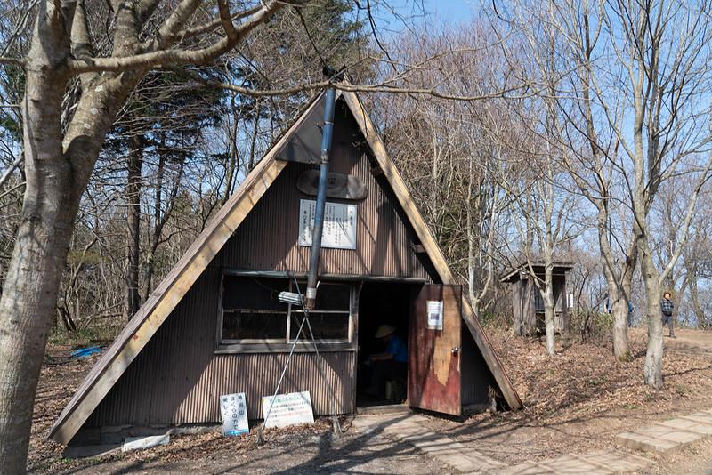 角田山の山頂にある小屋