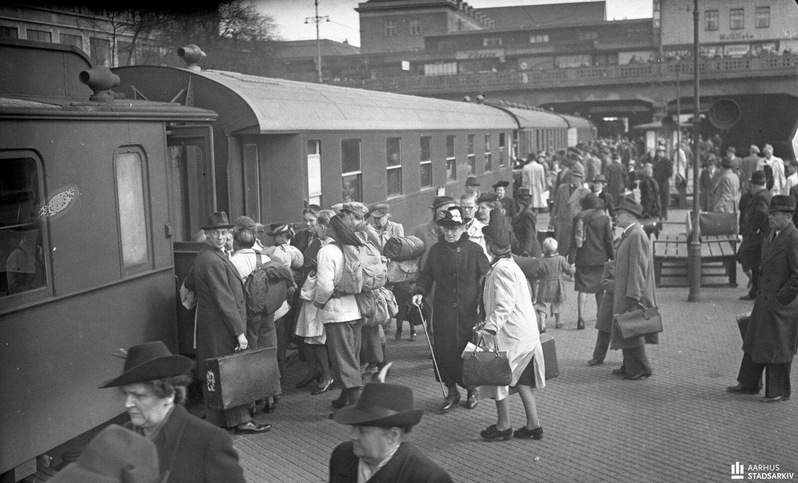 1943. Люди на платформе. Отъезжающие садятся в поезд.