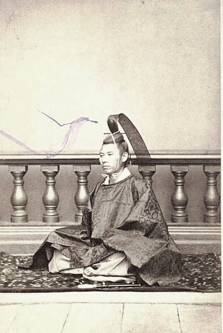 Мужчина в костюме синтоистского жреца