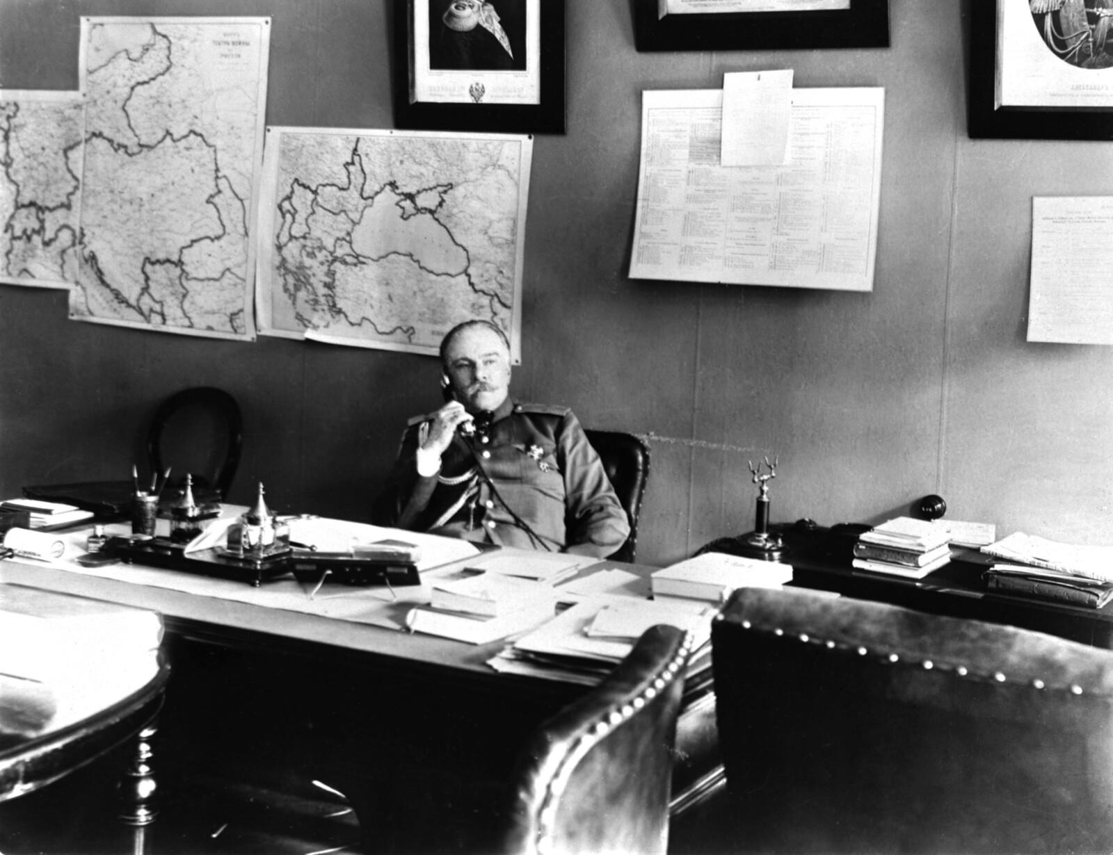 1909. Товарищ министра внутренних дел Российской империи генерал-майор П.Г. Курлов в своём рабочем кабинете