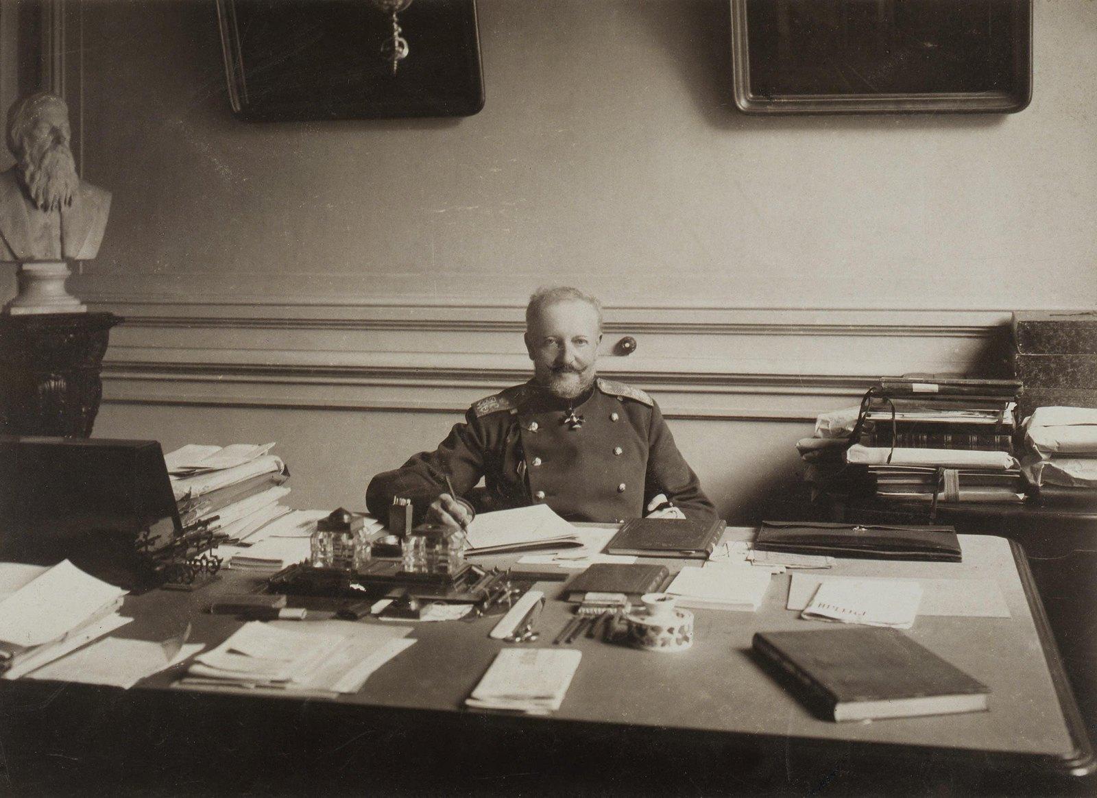 1890-е. Портрет Николая Карловича Шильдера в рабочем кабинете