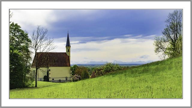 Die römisch-katholische Wallfahrtskirche St. Anna ist eine spätgotische Saalkirche im Ortsteil Sankt Anna von Ering an Inn im niederbayerischen Landkreis Rottal-Inn. Bilckrichtung Süd mit Sicht auf die Alpen.039-Bearbeitet
