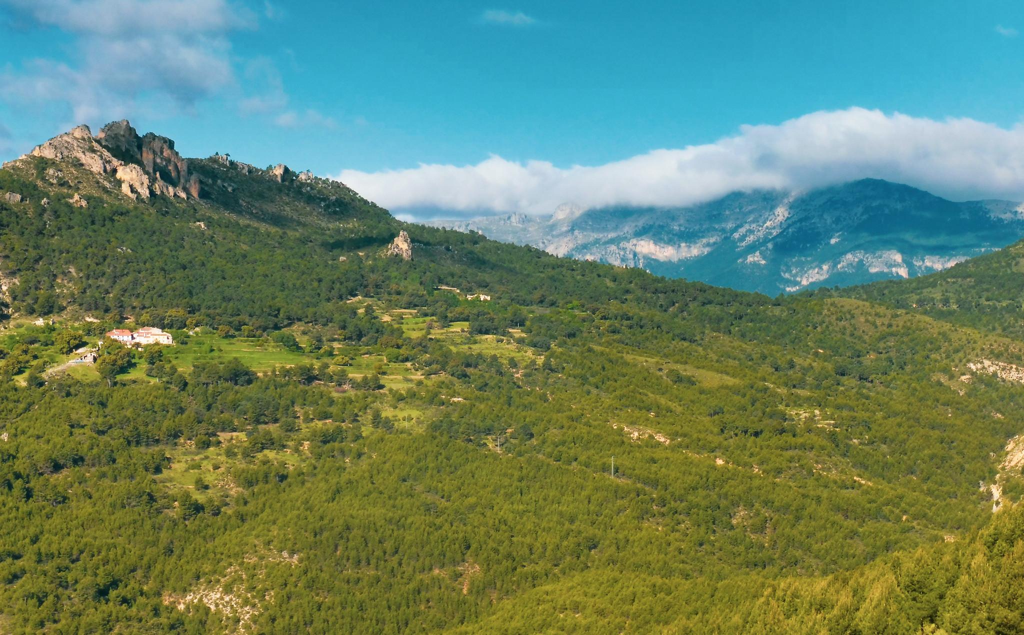 Aspecto del Calar de la Sima al fondo con la aldea de la Umbría del Bul