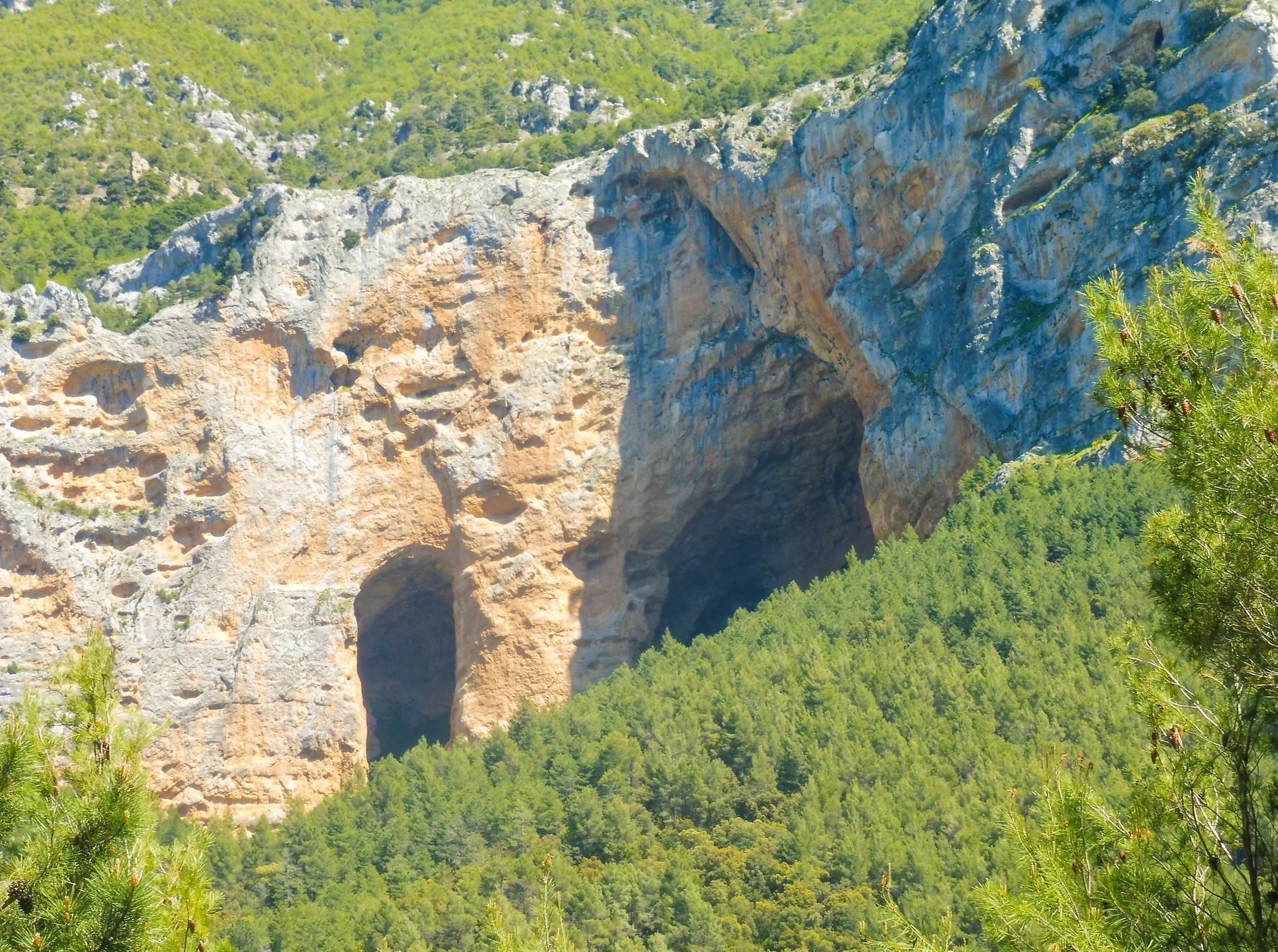 Las cuevas de los Anguijones desde el Parralejo
