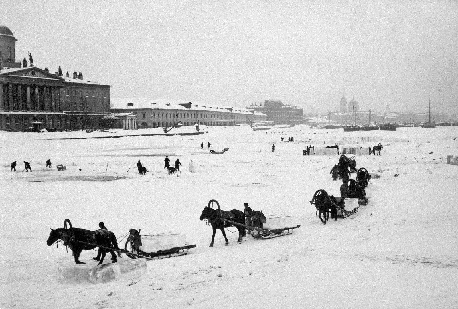 1890-е. Вывоз и колка льда с Малой Невки у Тучковой набережной