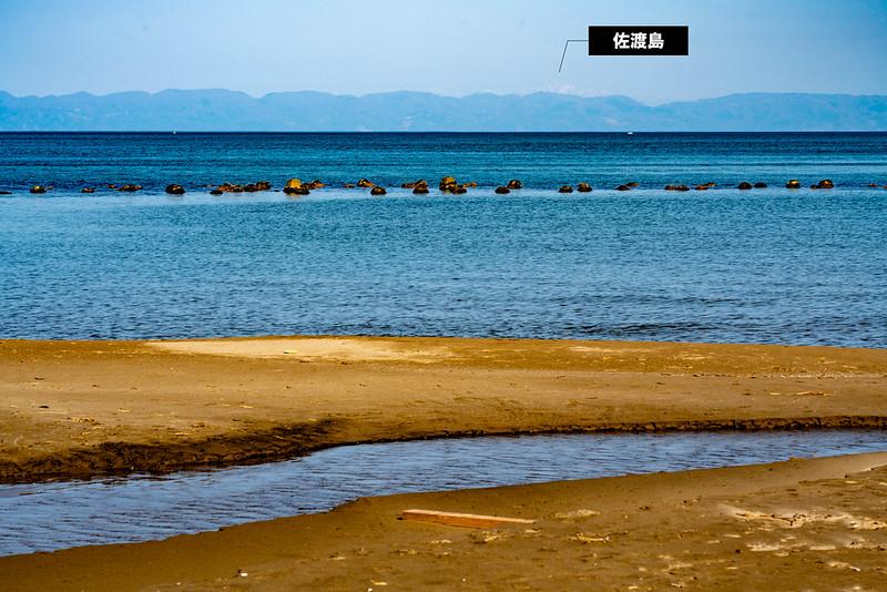 角田浜から見える佐渡島