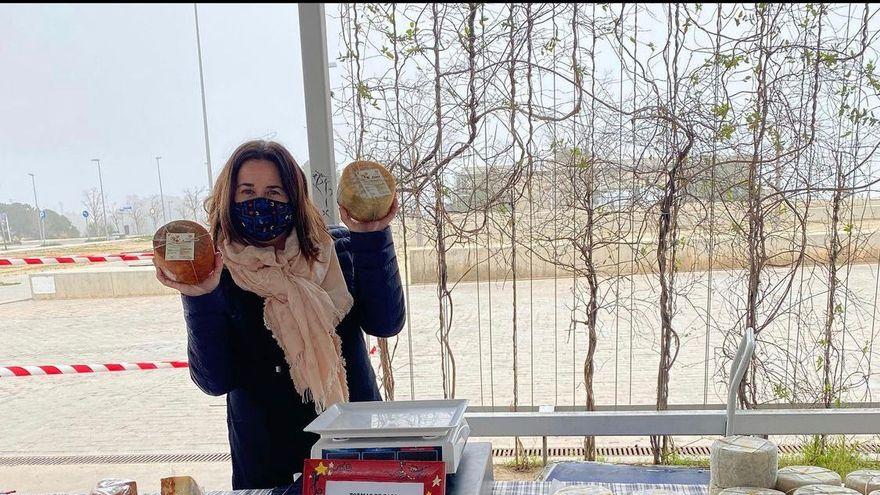 Elena Uzcategui en su puesto de quesos de La Litera