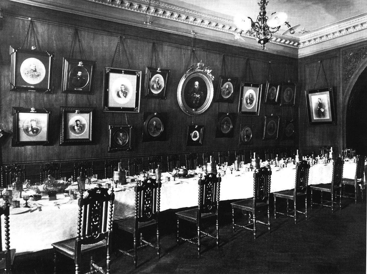 1916. Интерьер столовой офицерского собрания 4-го Стрелкового императорской фамилии батальона.