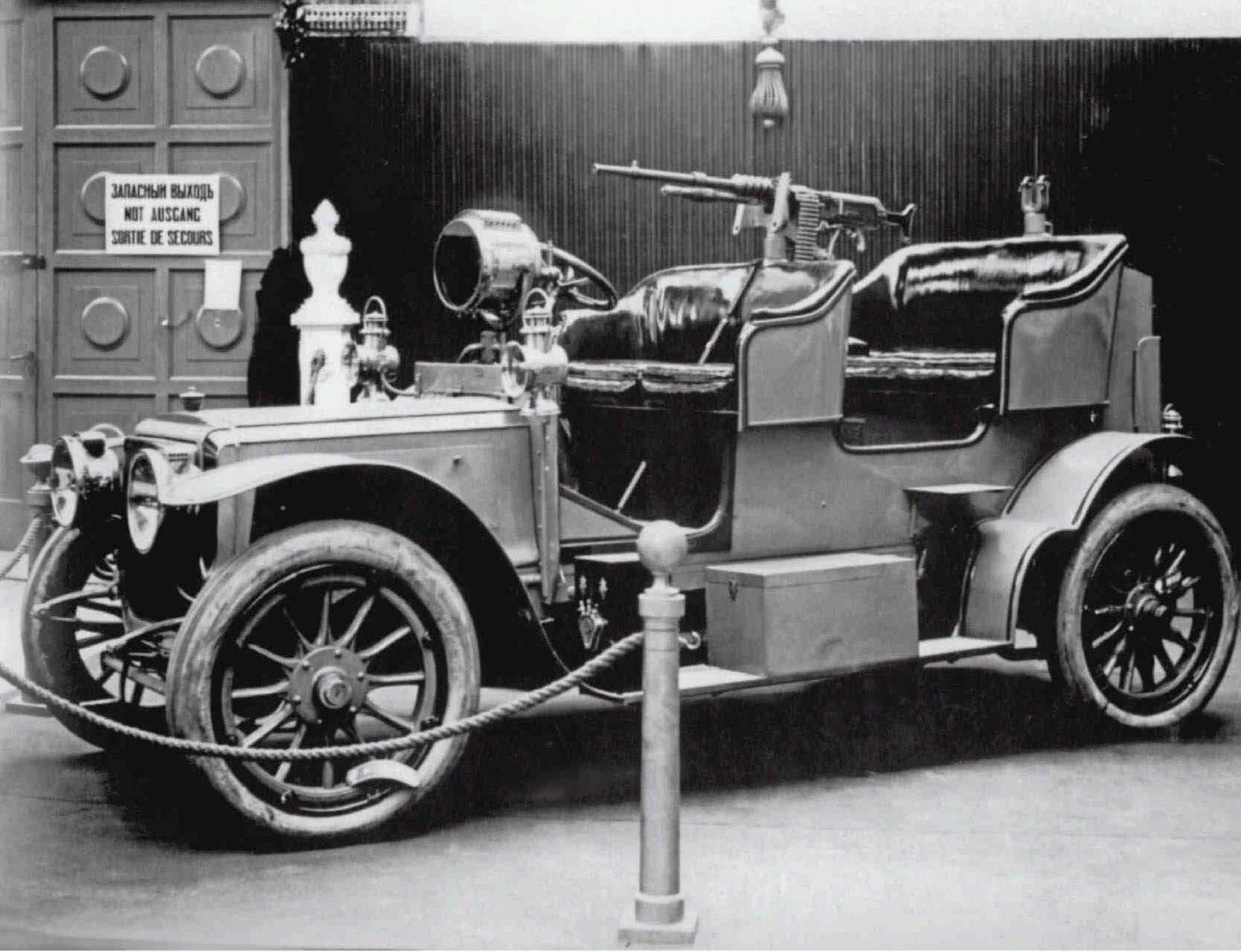1913. Четвертая Международная автомобильная выставка в Михайловском манеже. Военный автомобиль с пулеметом