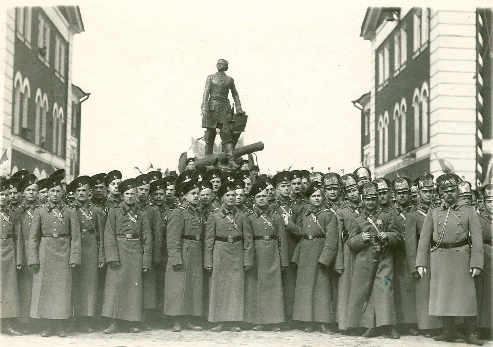 1914. Артиллеристы и юнкера у памятника Петру I