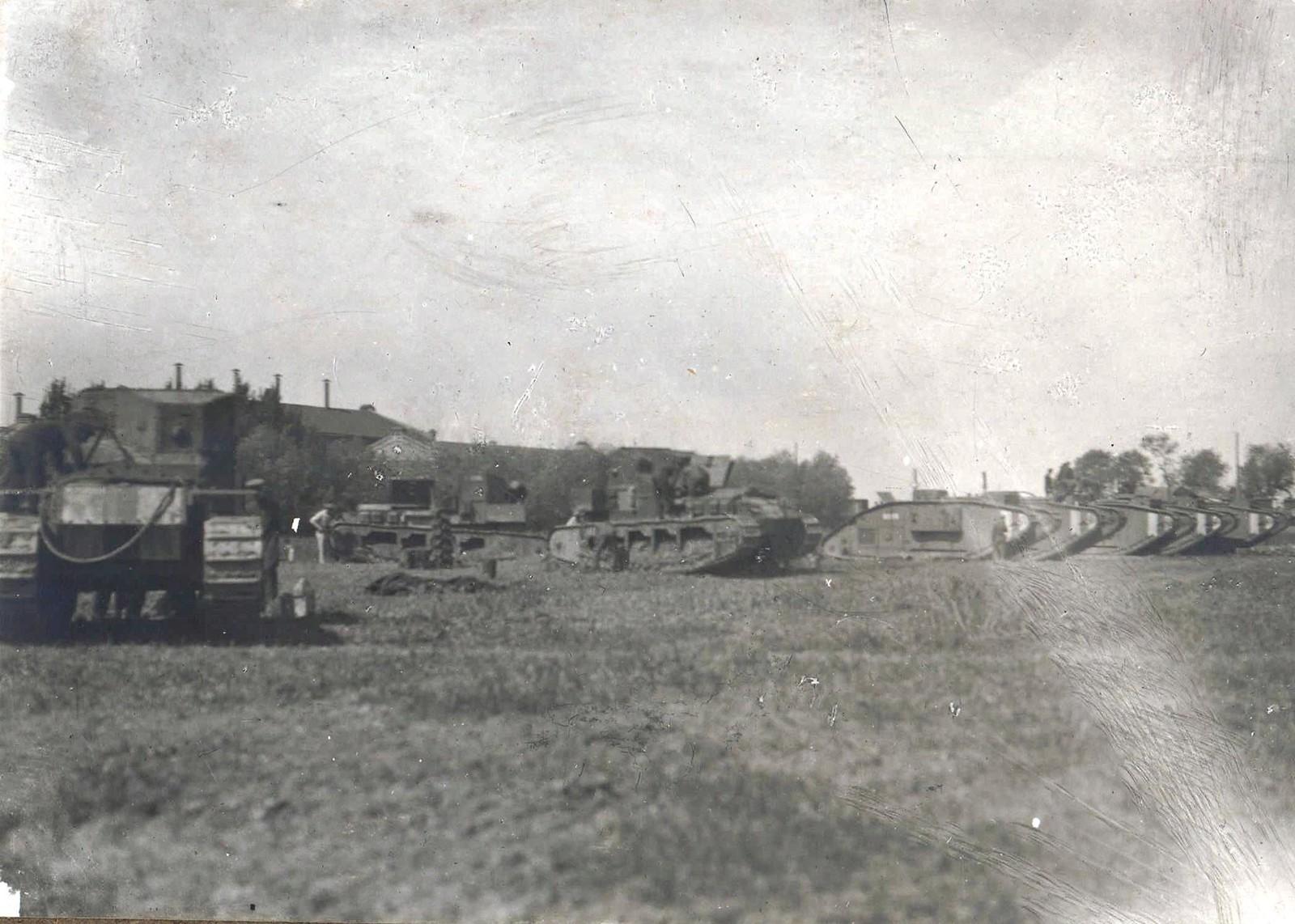 338. 1919. Танковый отряд Вооруженных Сил Юга России перед учебной танковой атакой. Таганрог,
