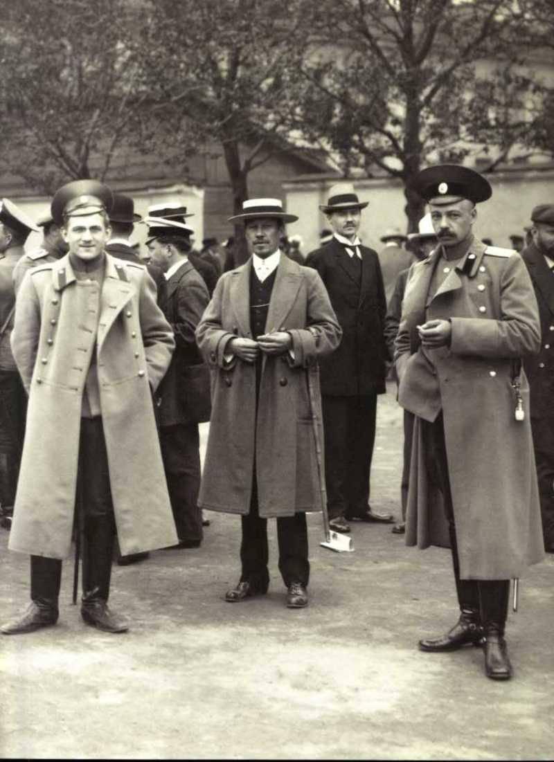 1914. Офицеры в ожидании приема у воинского начальника, наб. р. Фонтанки, Август