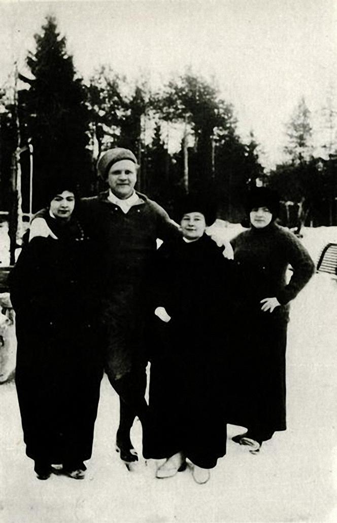 1914. Ф. И. Шаляпин с друзьями на катке. Куоккала