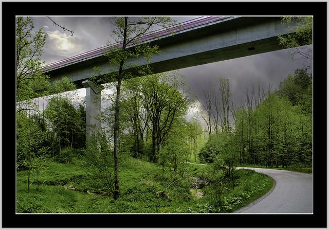 Dunkle Wolken über der großen Höllthalbrücke in Bad Griesbach Rottal (Niederbayern).