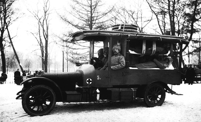 1915. «Раненые» солдаты в санитарной машине на показательных учениях 1-й Запасной автомобильной роты