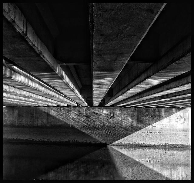 Sous le Pont Mirabeau  coule la Seine.......