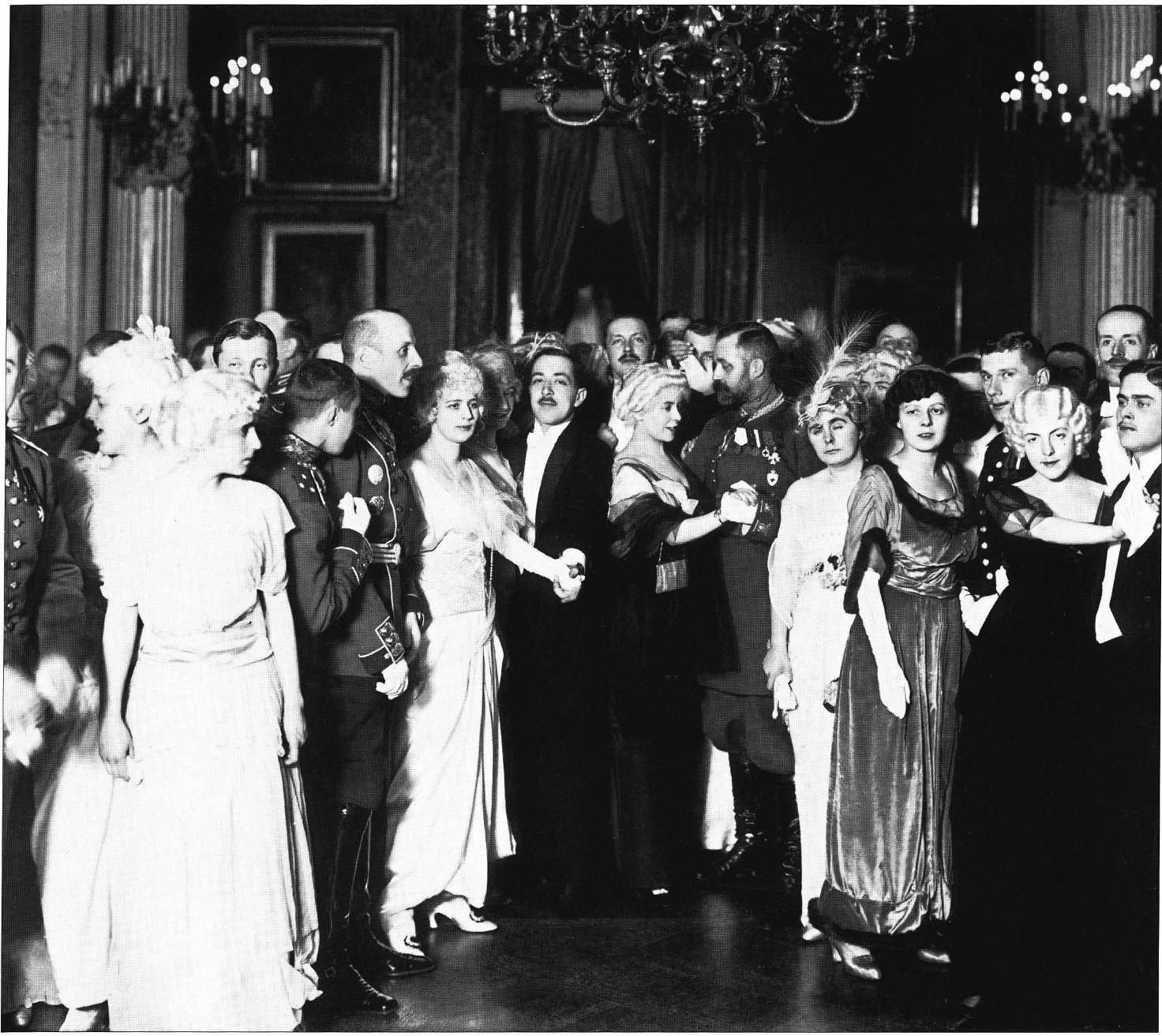 1914. Участники «Розового бала» в Шуваловском дворце.