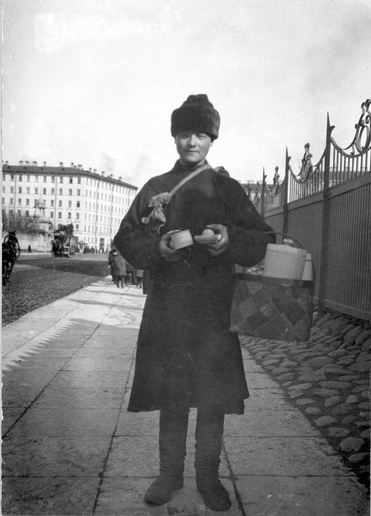 1900-е. Продавец кустарных изделий (разносчик) на Бассейной улице возле сада «Прудки»