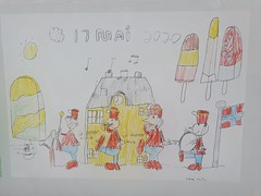 Barnetegninger udstillet i Slottsparken. Lu00e6g mu00e6rke til de 2 meters corona afstand i korpset.