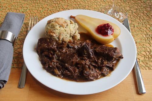Hirschragout mit Semmelknödeln und heißen Birnen (mein Teller)