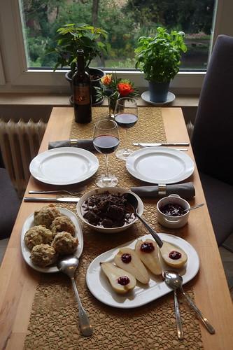 Hirschragout mit Semmelknödeln und heißen Birnen (Tischbild)