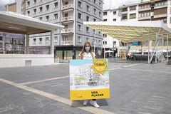 Beatriz Gámiz, concejala de Cultura, con el cartel del programa Uda Plazan.