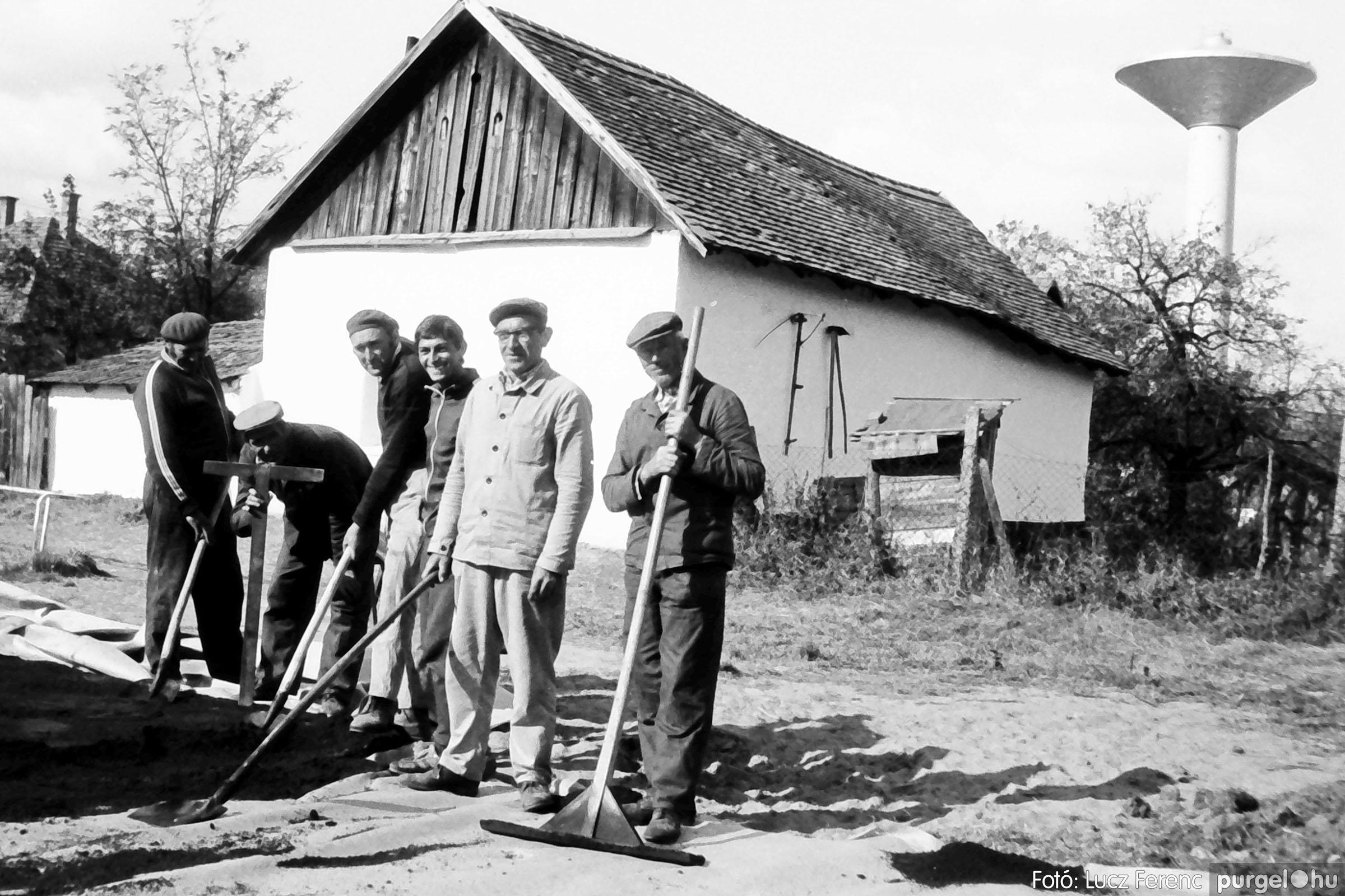 121. 1978. Aszfaltozás a külső iskolában 006. - Fotó: Lucz Ferenc.jpg