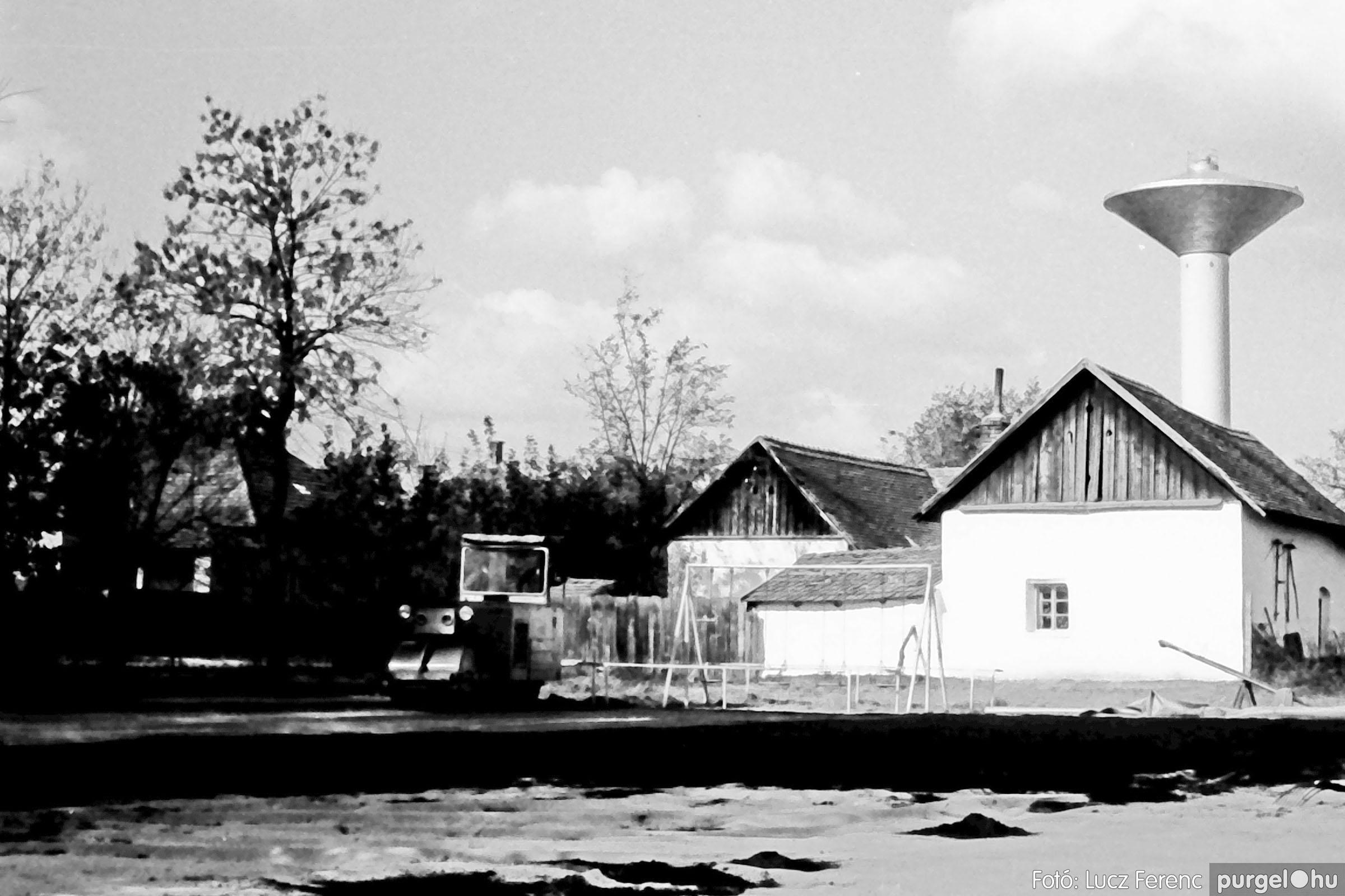 121. 1978. Aszfaltozás a külső iskolában 004. - Fotó: Lucz Ferenc.jpg