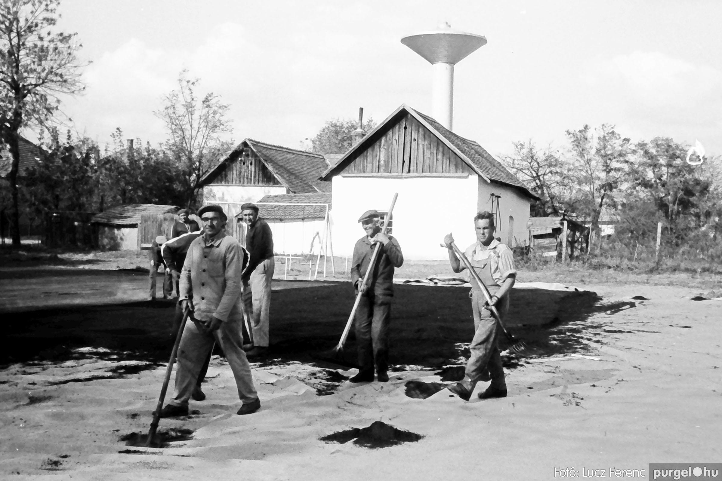 121. 1978. Aszfaltozás a külső iskolában 001. - Fotó: Lucz Ferenc.jpg
