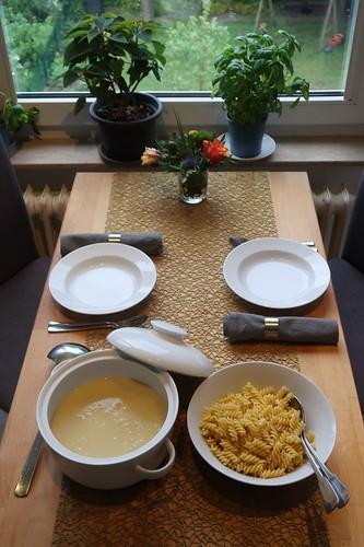Hackbällchen in Käsesoße zu Spiralnudeln (Tischbild)