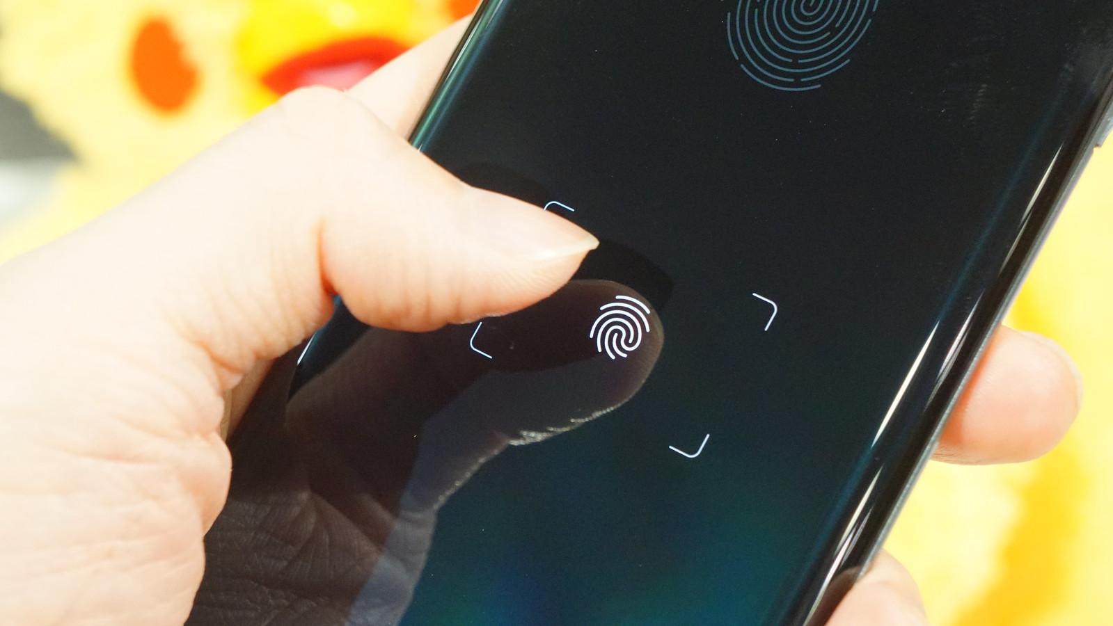 AQUOS R6。面積が11倍に拡大した指紋認証センサー。2本指認証で20倍のセキュリティを実現。ロック解除と同時にd払いを起動できるPayトリガー