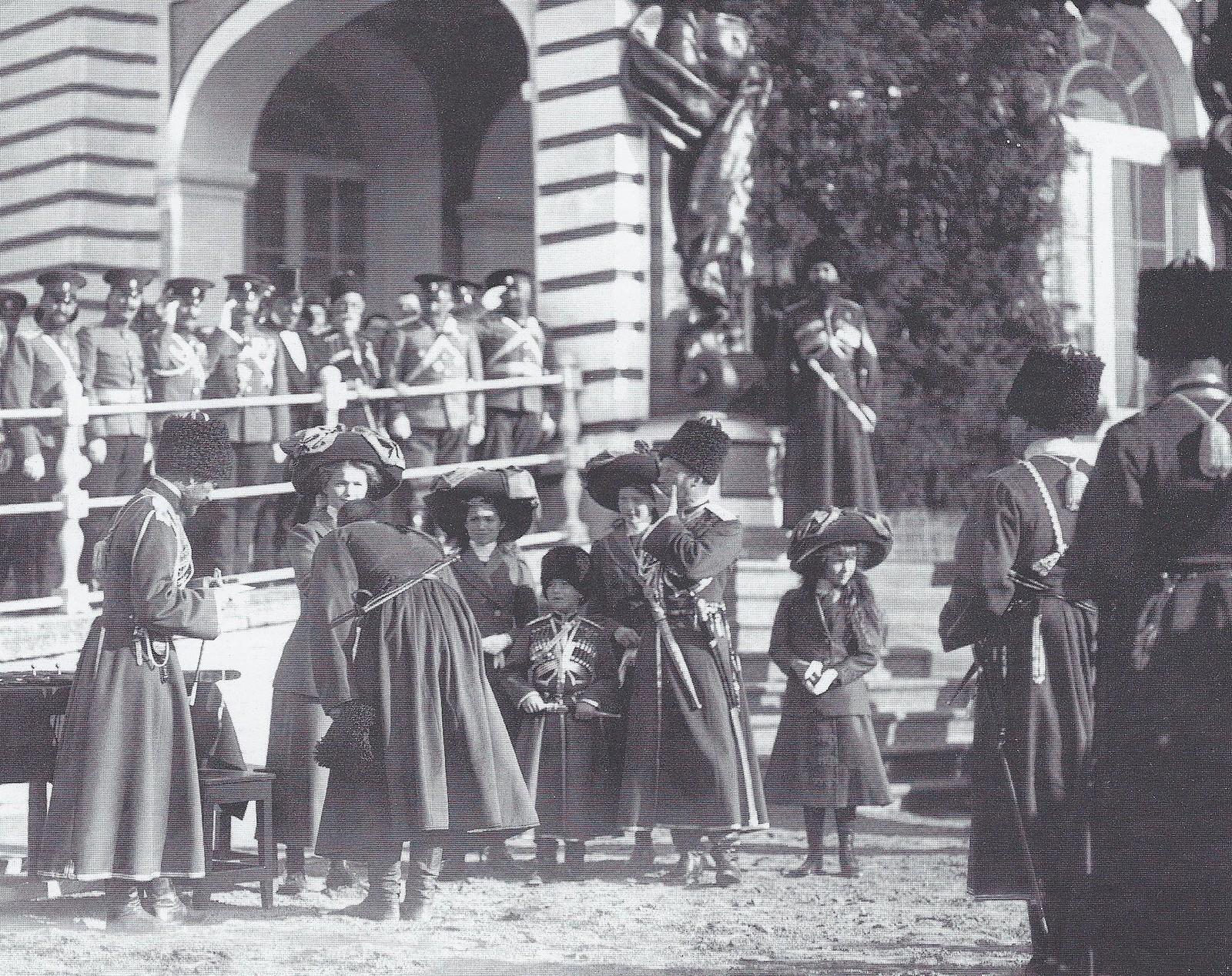 1911. Члены императорской фамилии вручают подарки конвойцам