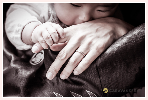 あかちゃんとママの手