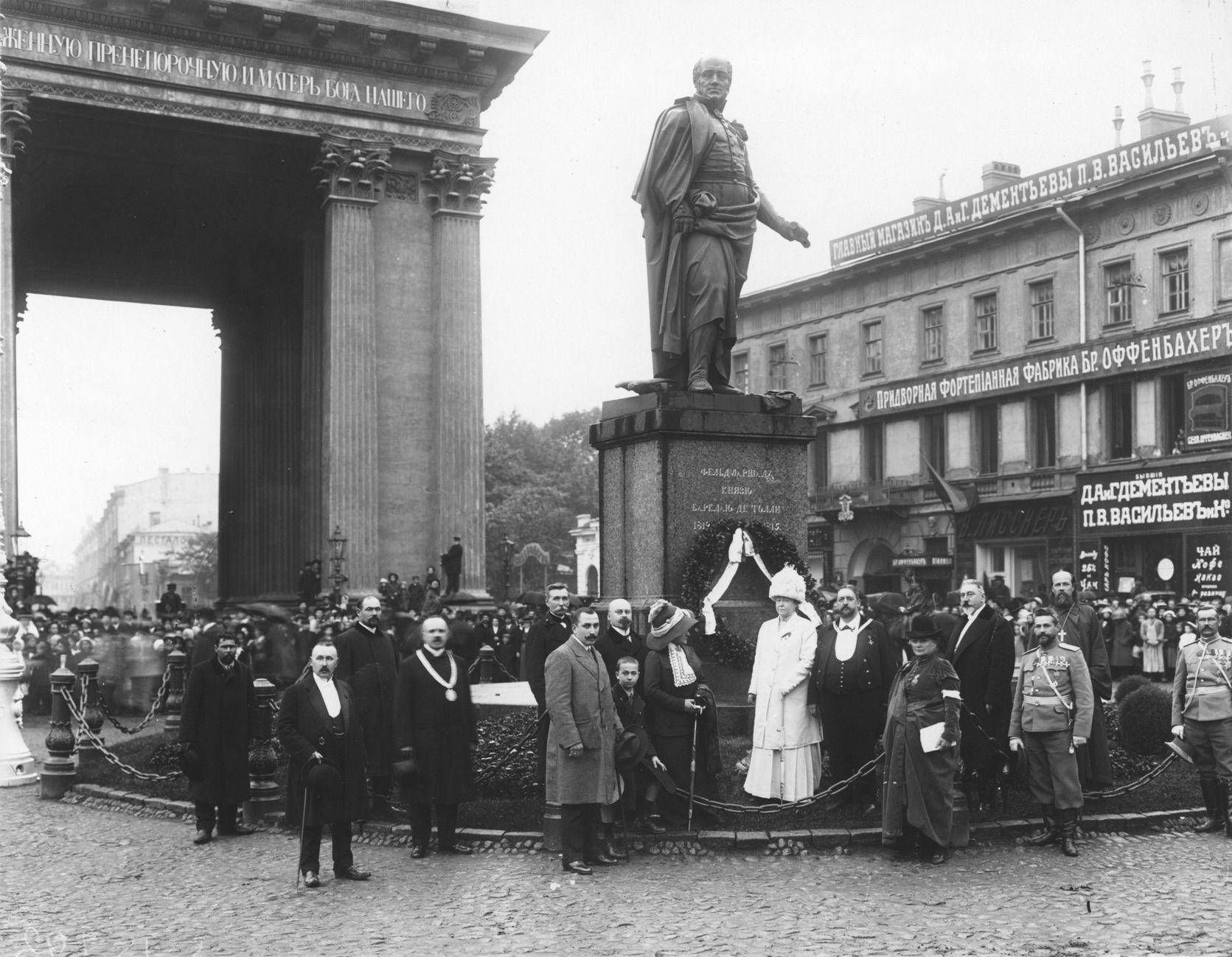 1913. Гласные Городской думы возлагают венок к памятнику Барклаю де Толли
