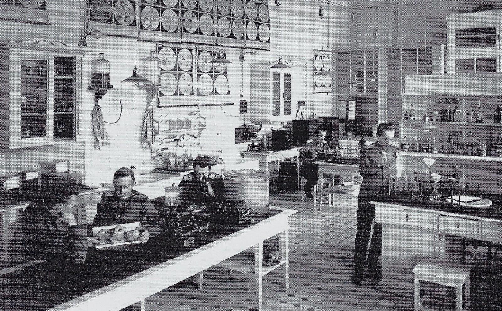 1910-е.  Императорская Военно-медицинская академия. Преподаватели и слушатели в лаборатории ВМА