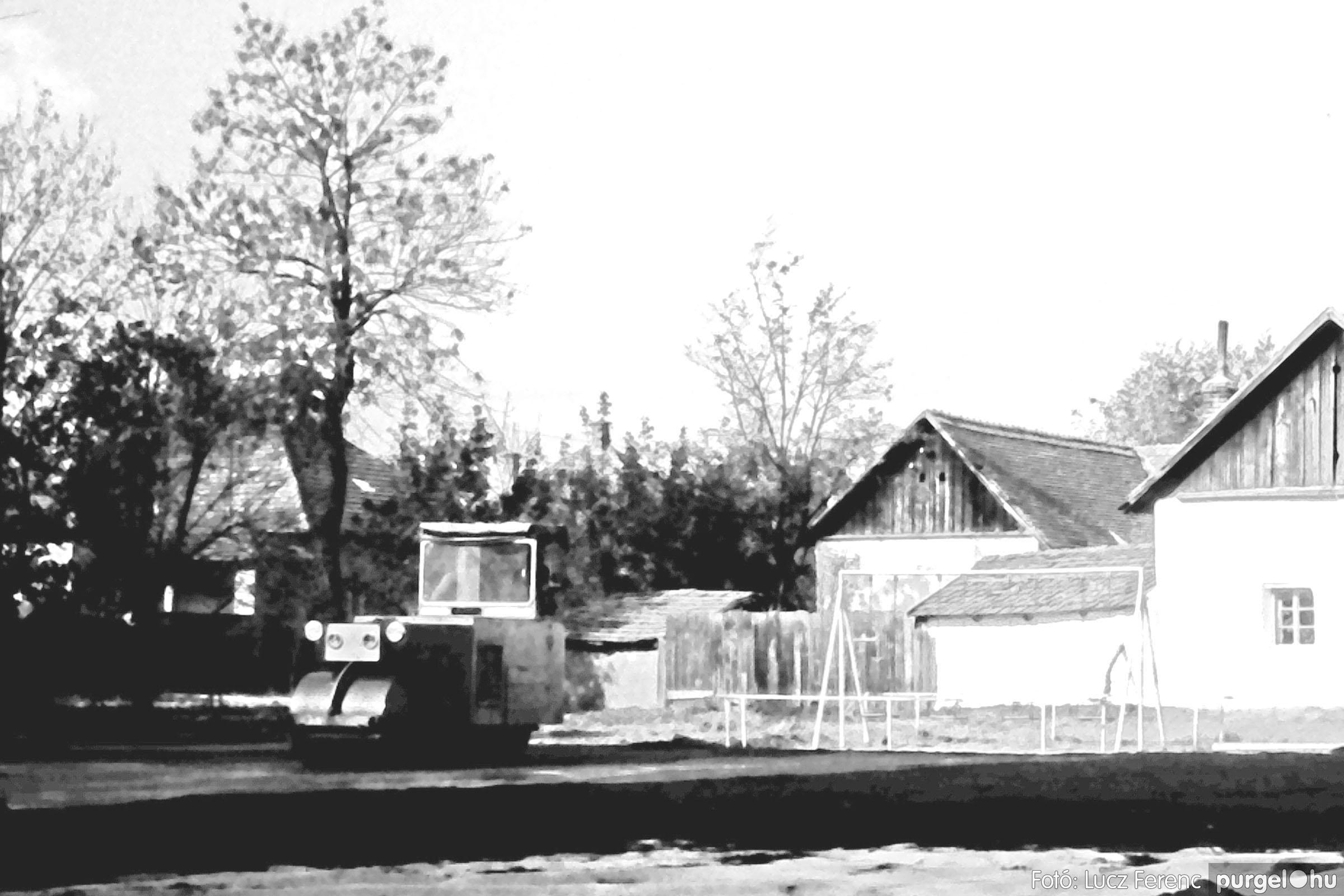 121. 1978. Aszfaltozás a külső iskolában 003. - Fotó: Lucz Ferenc.jpg