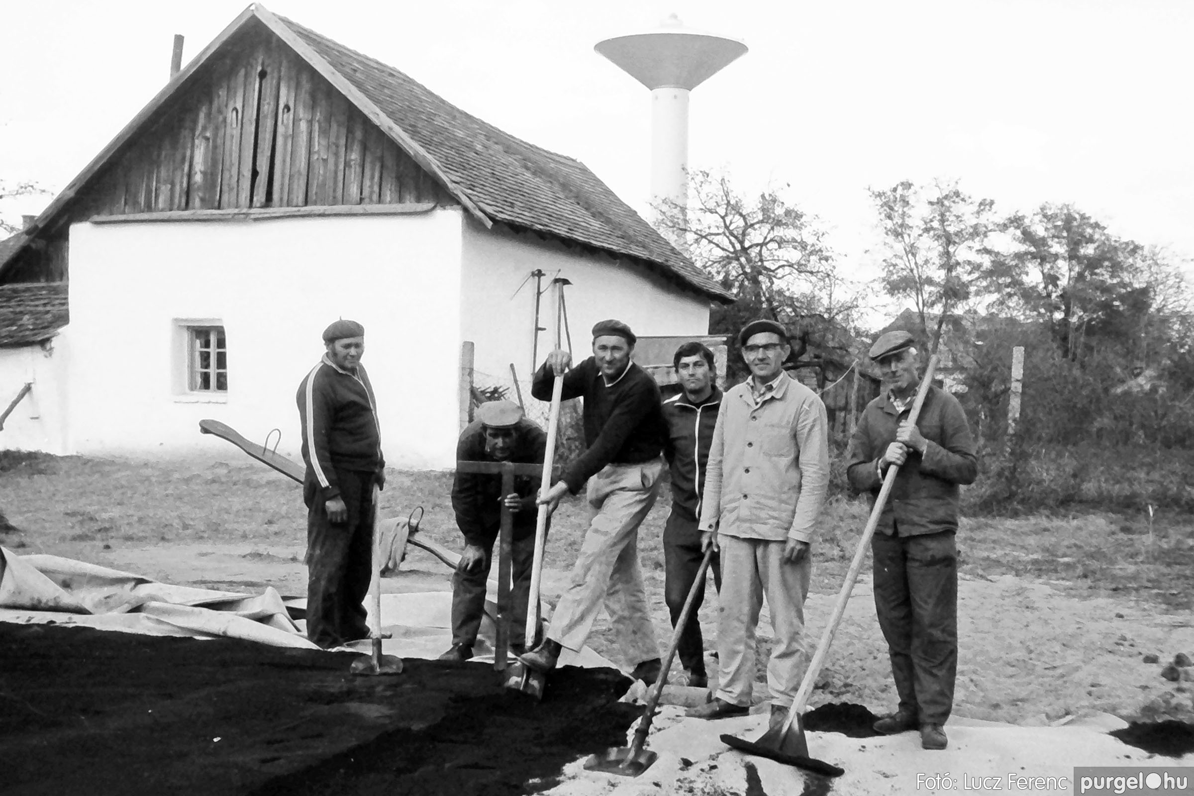 121. 1978. Aszfaltozás a külső iskolában 005. - Fotó: Lucz Ferenc.jpg