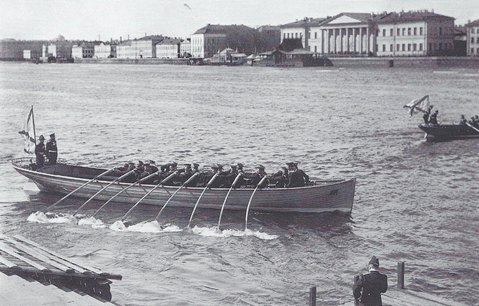 1912. Празднование дня открытия навигации. 16-весельный баркас на Неве 8 апреля