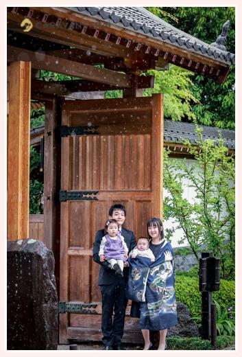 雨の日のお宮参り 家族の写真