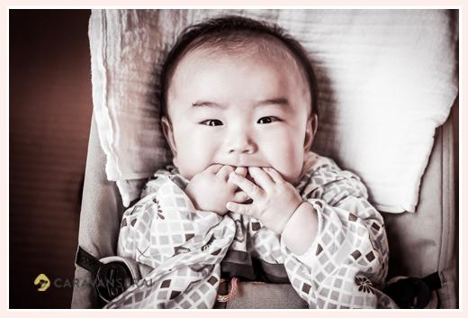 4か月の赤ちゃん 指をお口に入れて