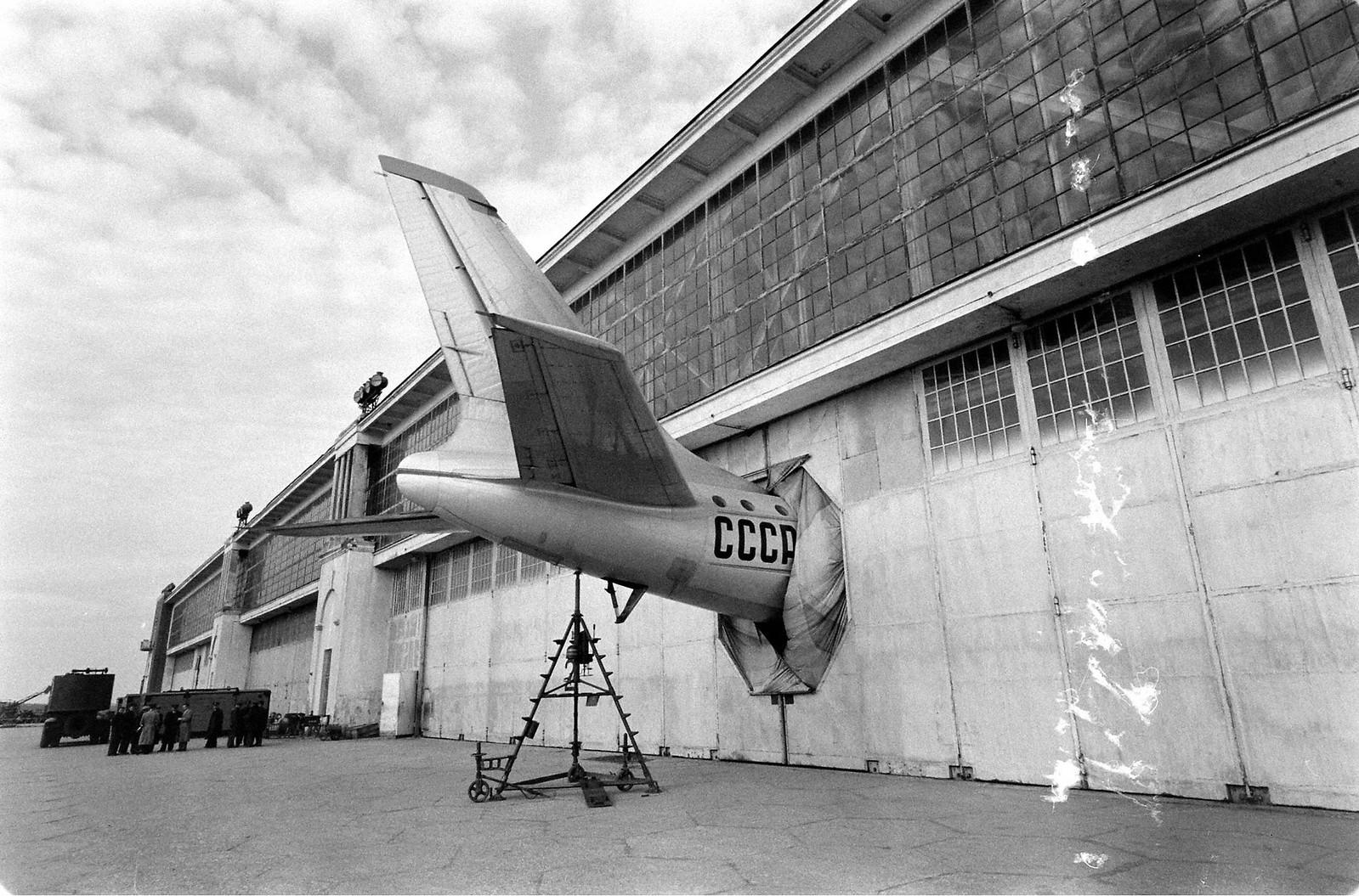 Самолет Ту-104 в ангаре аэропорта Внуково